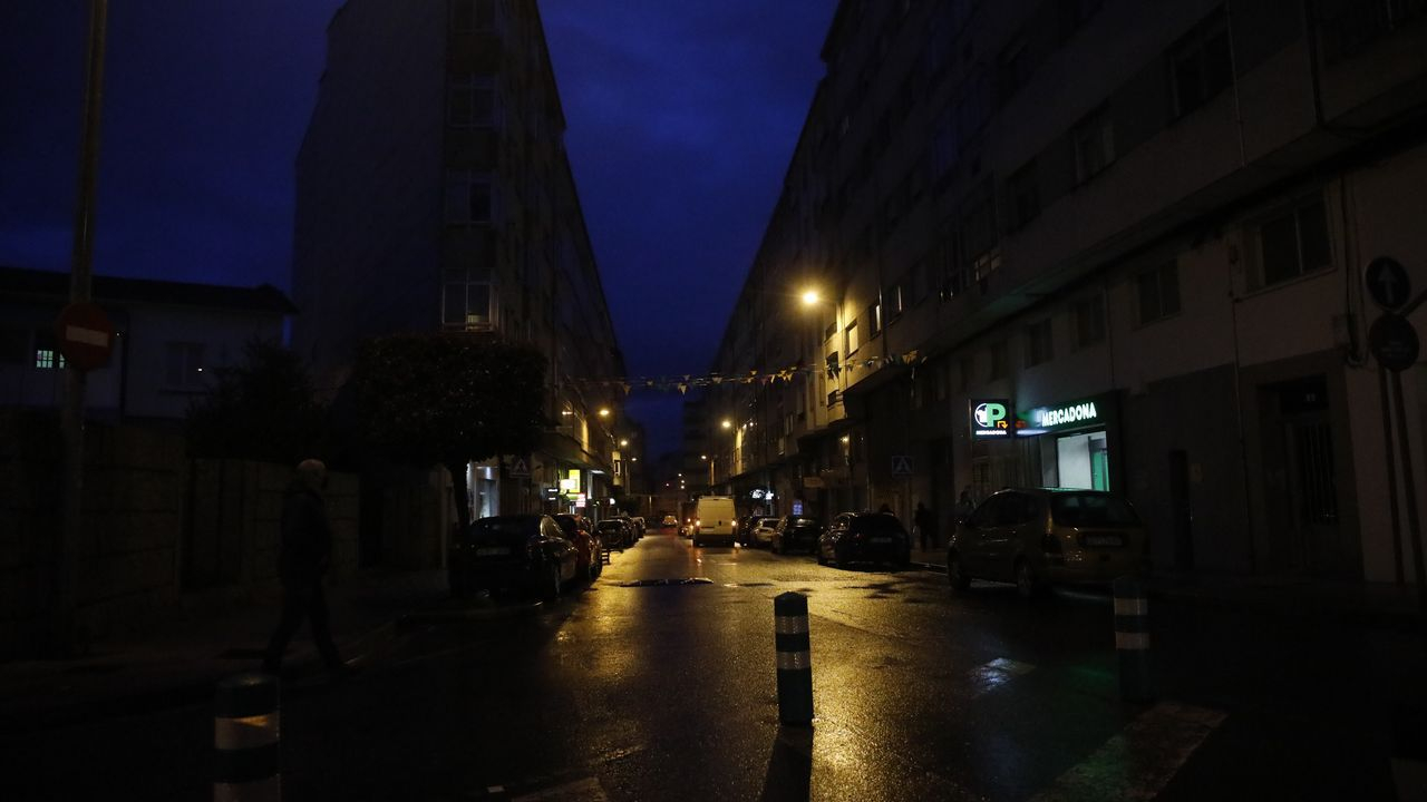 Los vecinos de A Milagrosa denuncian una iluminación deficiente de las calles del barrio.Un grupo de estornino en diciembre en Santo Domingo