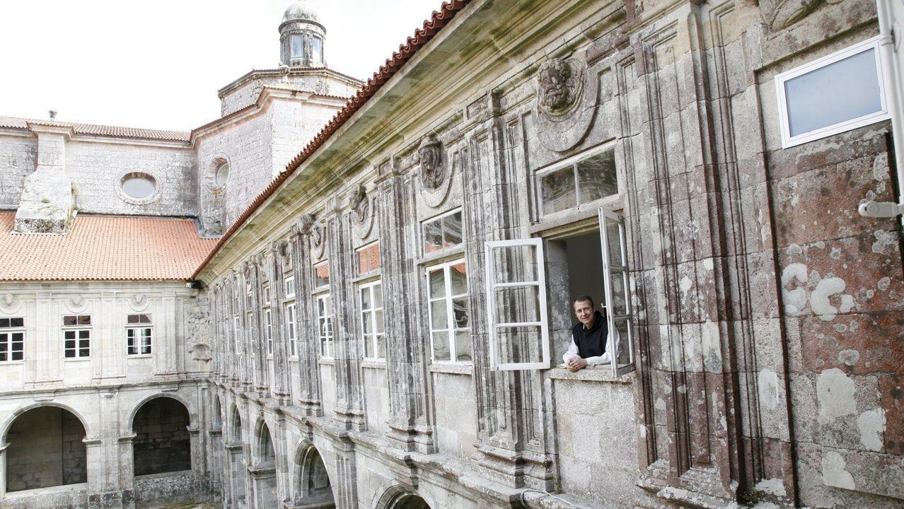 Asívotó A Coruña en las primeras elecciones poscovid.Damián Varela vive en el centro de Sobrado, con vistas al monasterio