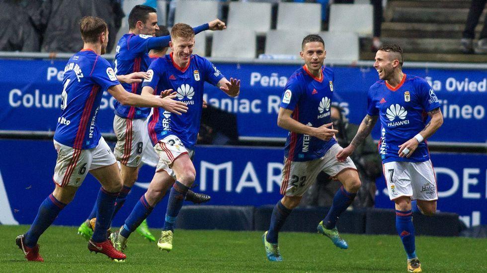 El delantero del Oviedo, Mossa (3i) celebra el primer gol de su equipo ante el Sporting durante el partido correspondiente a la vigesimoquinta jornada de LaLiga 1/2/3 de fútbol disputado en el estadio del Carlos Tartiere de Oviedo.