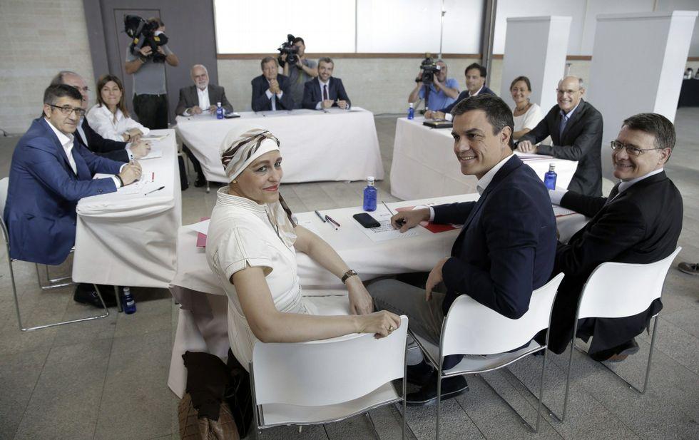 Pedro Sánchez, con el comité de expertos que prepara el programa electoral del PSOE.