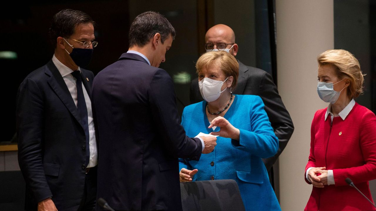 Pedro Sánchez dialoga con Angela Merkel