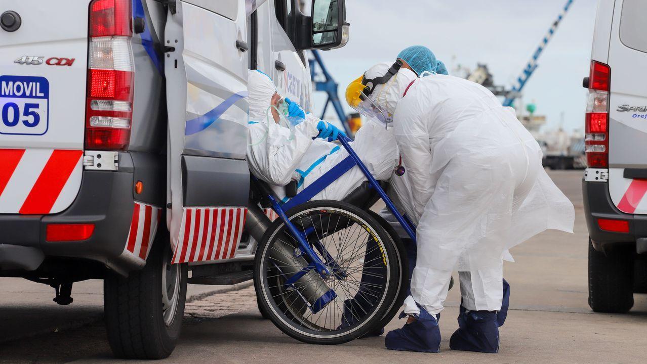 Personal sanitario traslada a una ambulancia a un enfermo de coronavirus, en Montevideo