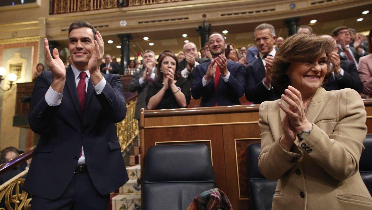 a diputada del grupo de Unidas Podemos Aina Vidal (c), que hoy ha asistido a votar a pesar de estar enferma de cáncer, recibe el saludo de Pedro Sánchez al término de la segunda y definitiva votación