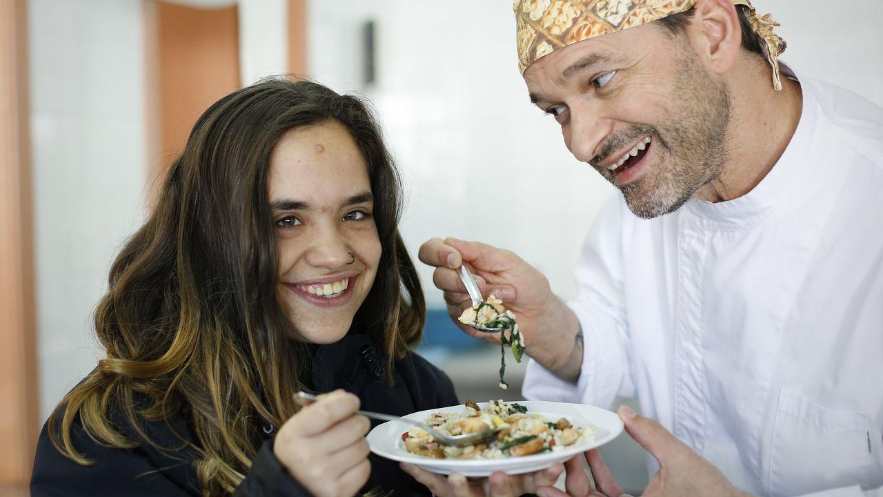 Dionisio Gómez, cocinero del CEE Nuestra Señora del Rosario de A Coruña, con Lola, una de las alumnas del centro