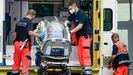 Paramédicos alemanes guardan la camilla medicalizada donde trasladaron a Navalni