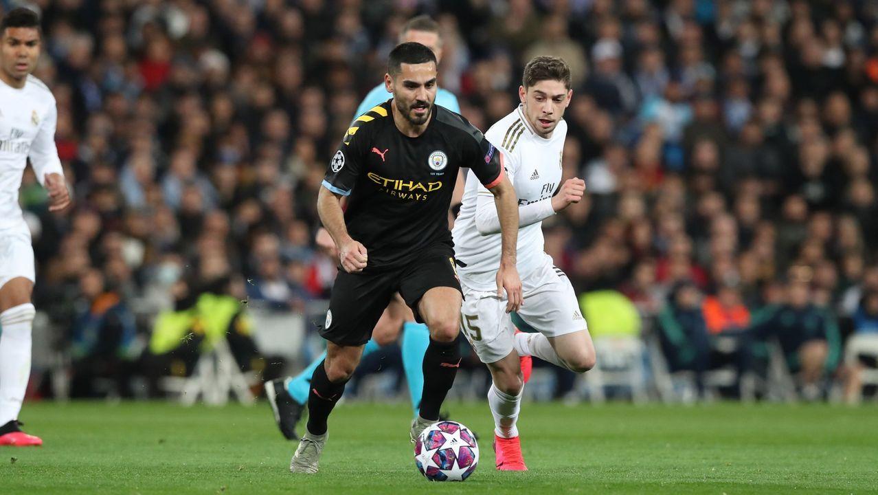 Descontrol y pocas precauciones en las celebraciones por el ascenso del Sabadell.Jordi Avilés celebra un gol con el CF Damm