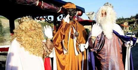 Los Reyes Magos recorrieron varias parroquias de Ponteceso a bordo del tren turístico que el concello comparte con Cabana y Laxe.