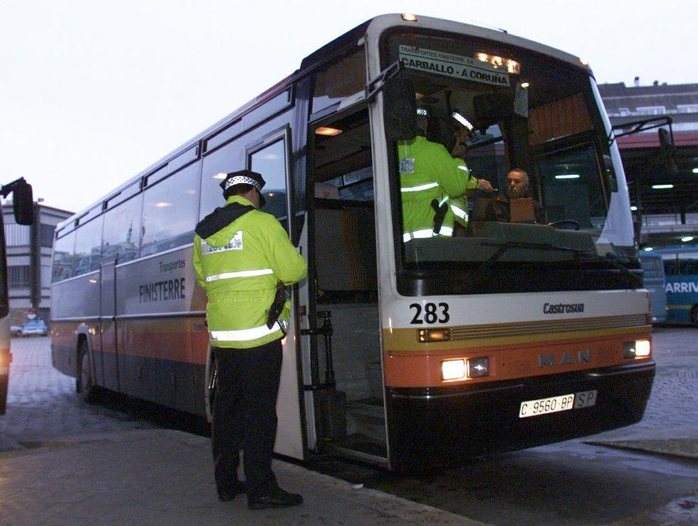 Un policía, multando a un chófer de la empresa