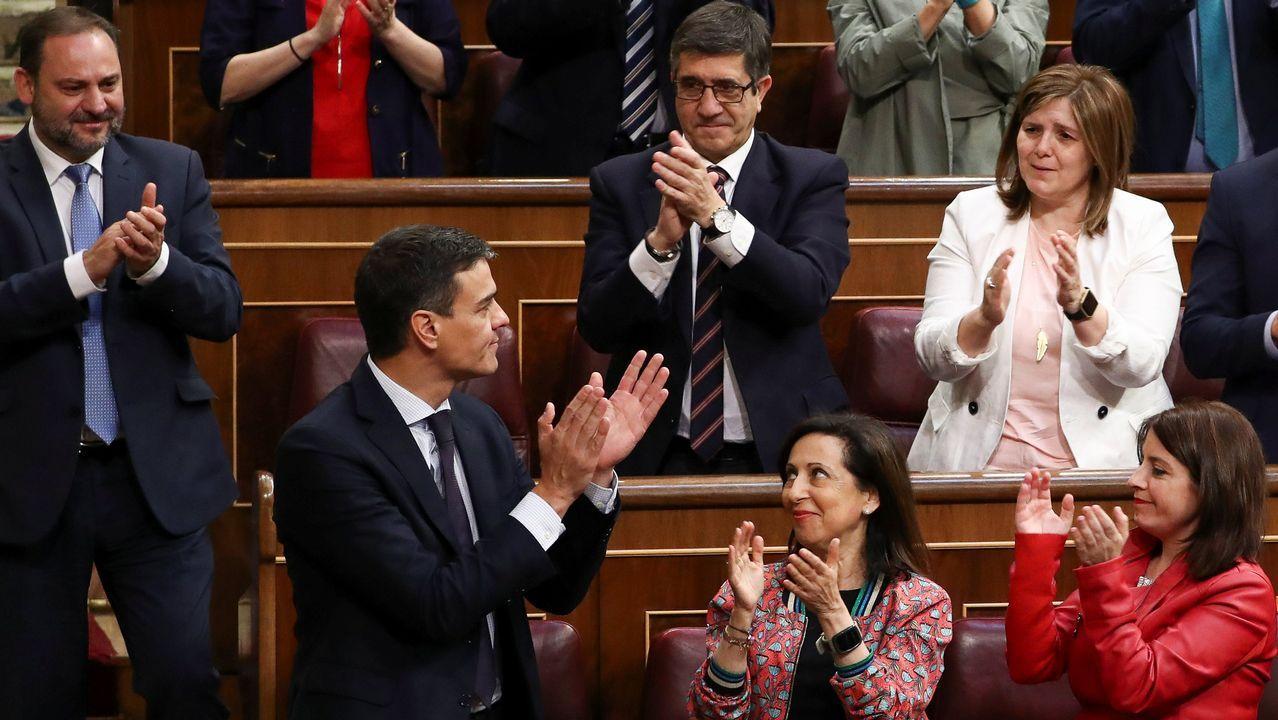 Pedro Sánchez recibe los aplausos de sus diputados.
