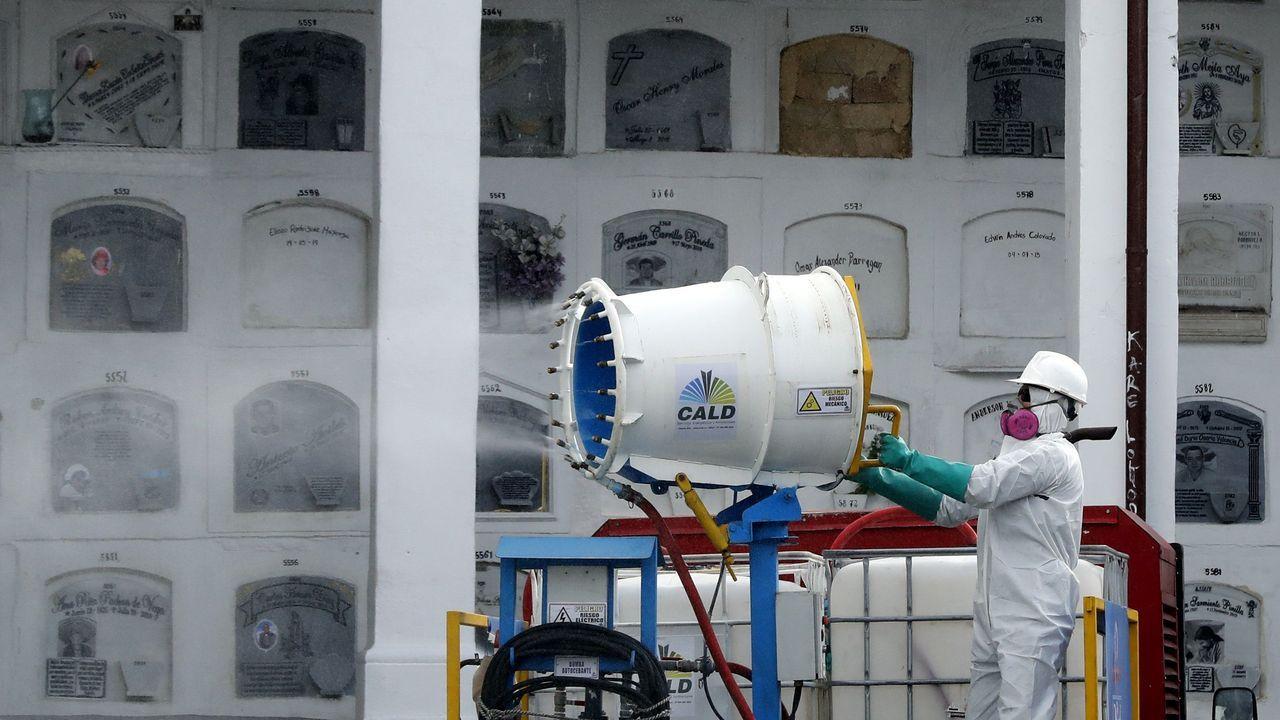 Un operario realiza trabajos de desinfección con un cañón nebulizador para combatir el coronavirus en las bóvedas del cementerio central de Bogotá (Colombia)
