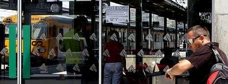 Protesta contra las políticas sociales del Concello de Vigo.Vigo (en la imagen) suma el mayor número de trenes cancelados por la huelga y Santiago el volumen más alto de plazas afectadas.