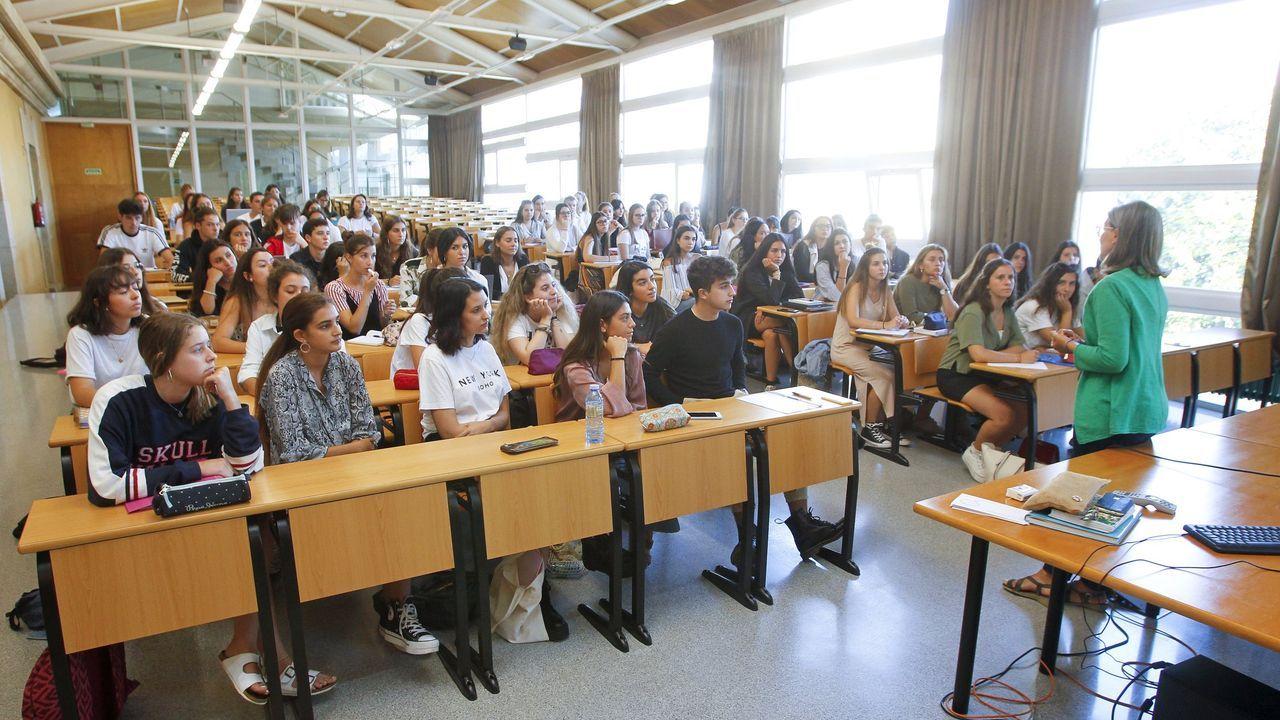 Graduaciones en Salesianos y el IES Prieto Nespereira.Imagen de archivo de una clase en el grado de Xestión Industrial da Moda