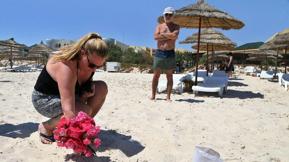 Londres recuerda a las víctimas del atentado de hace diez años.Policía vigilando la playa de un hotel en Túnez