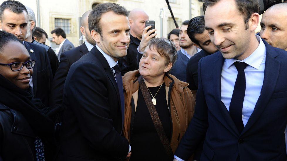 Una feminista irrumpe durante la conferencia de Marine Lepen.Le Pen, este lunes en Líbano