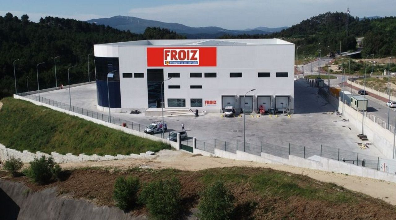 Así es la nueva plataforma logística de Froiz en el polígono de Barro.Gonzalo Caballero delante de un cartel electoral de su campaña