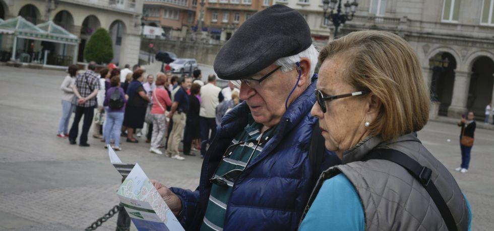 Miguel Bosé: «No sé qué pasa siempre en Galicia pero es punto y aparte».La plaza de María Pita es una de las zonas de la ciudad más visitada por los numerosos turistas que pueblan los hoteles.