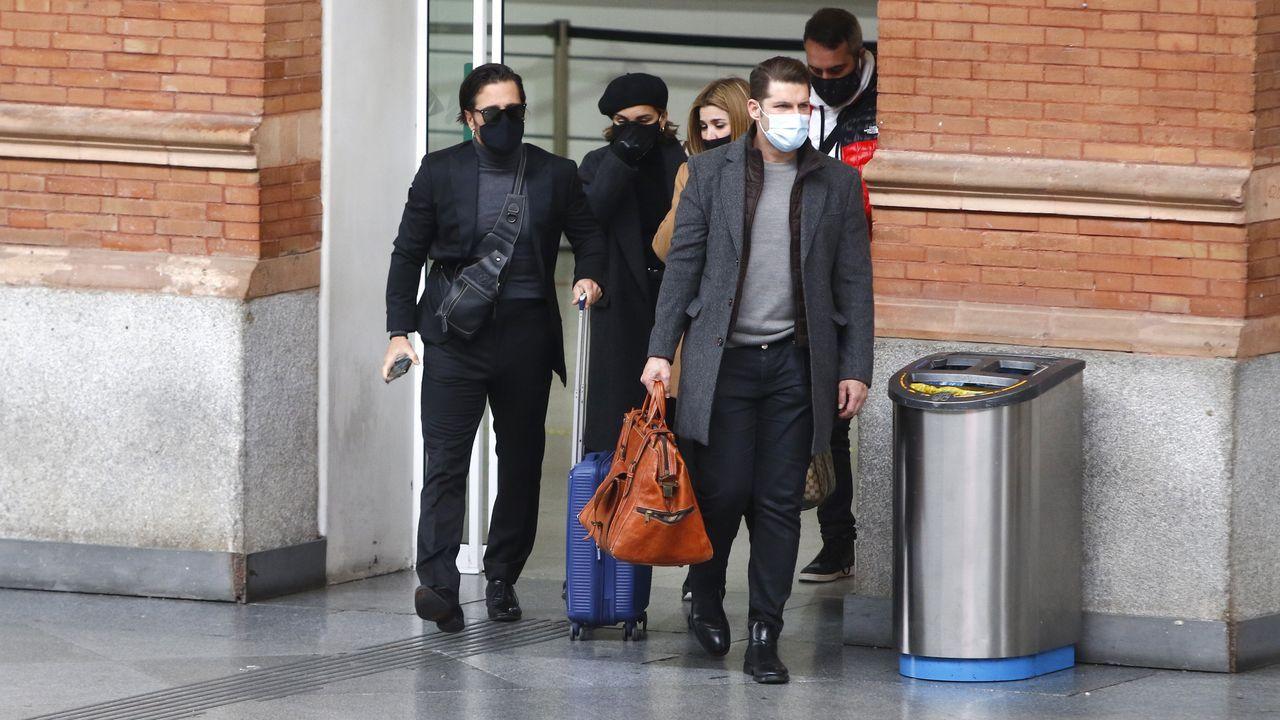 David Bustamante, Chenoa, Natalia, Alejandro Parreño y Manu Tenorio juntos en la Estación de Atocha rumbo a Barcelona para el último adiós a Álex Casademunt