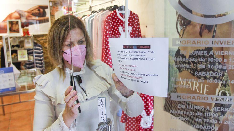 Paula Ramos cambiando el horario en su tienda de lencería