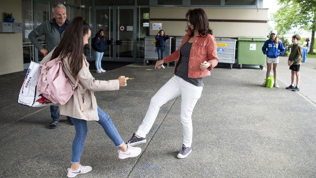 En Suiza, a la hora de los reencuentros cada uno se saluda como puede