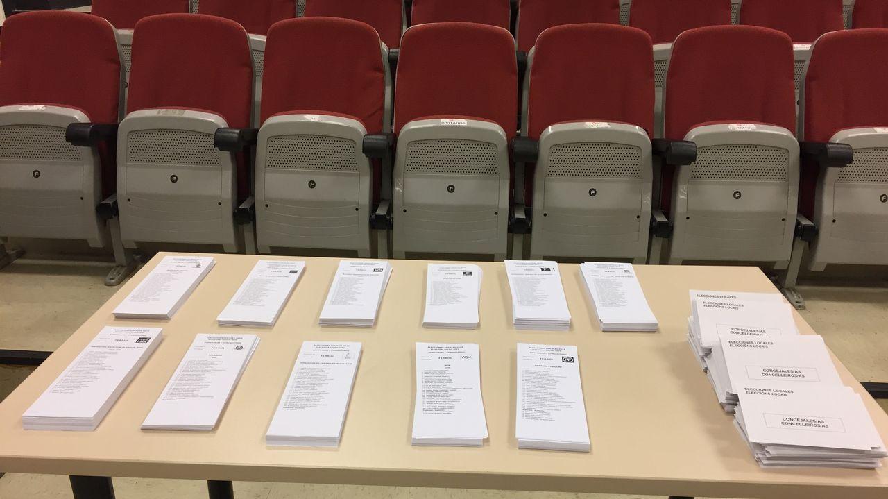 Papeletas dispuestas en la mesa electoral del colegio Juan de Lángara, en Ferrol