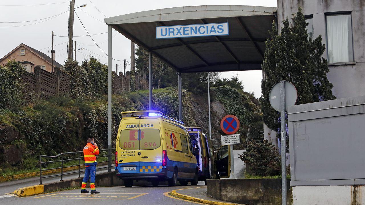 Así fue la jornada de vacunacióin masiva en Pontevedra.Entrada del servicio de urgencias del hospital Montecelo, en Pontevedra