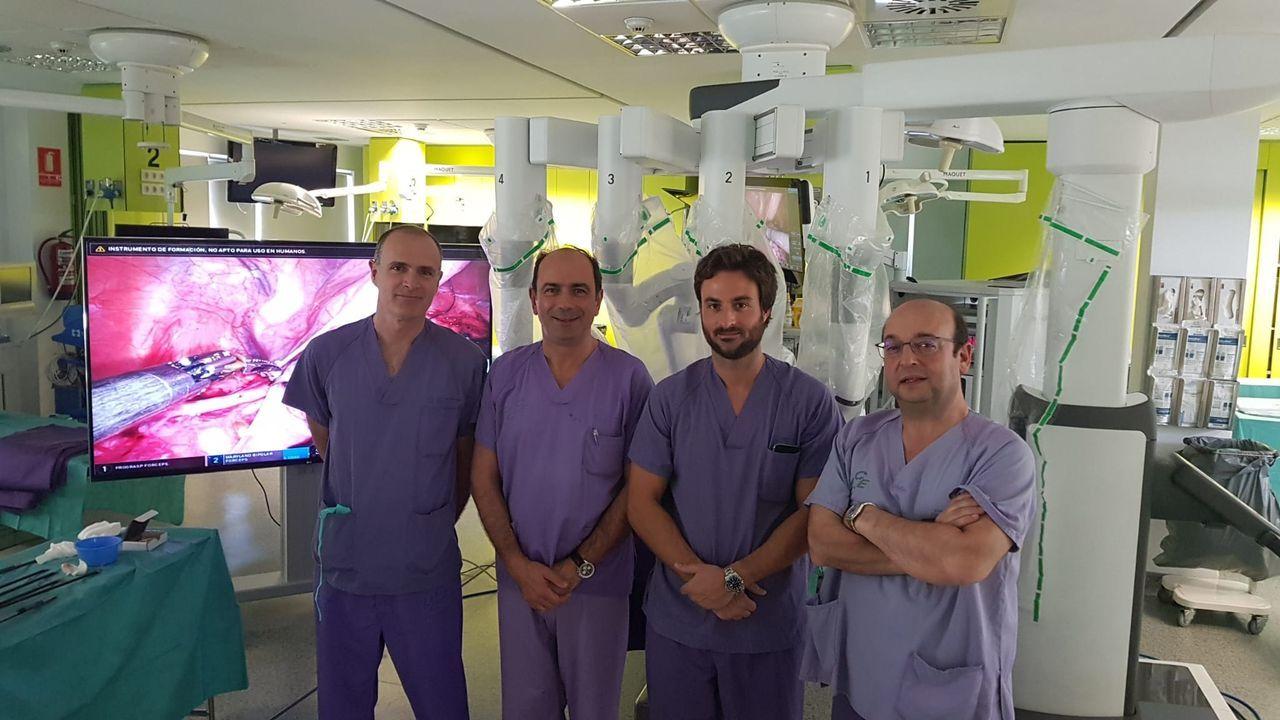 Hace unos meses, los doctores Ponce, Chantada, Vázquez Martul y Suárez Pascual operaron con el Da Vinci en el quirófano experimental del Hospital Universitario A Coruña