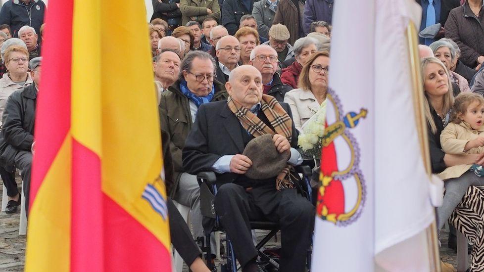 Fernando Vila Brión, en el centro de la imagen, durante el acto de homenaje que le tributaron en Dodro en abril del 2019