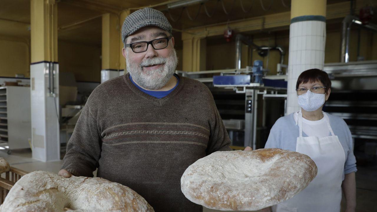 José Luis Miño y Marisa París regentan este templo del pan, que reparte por varios concellos y donde también se preparan tartas muy populares.
