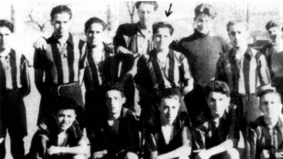Adolfo Suárez (señalado con una flecha) probando como futbolista juvenil del Deportivo en el año 1949