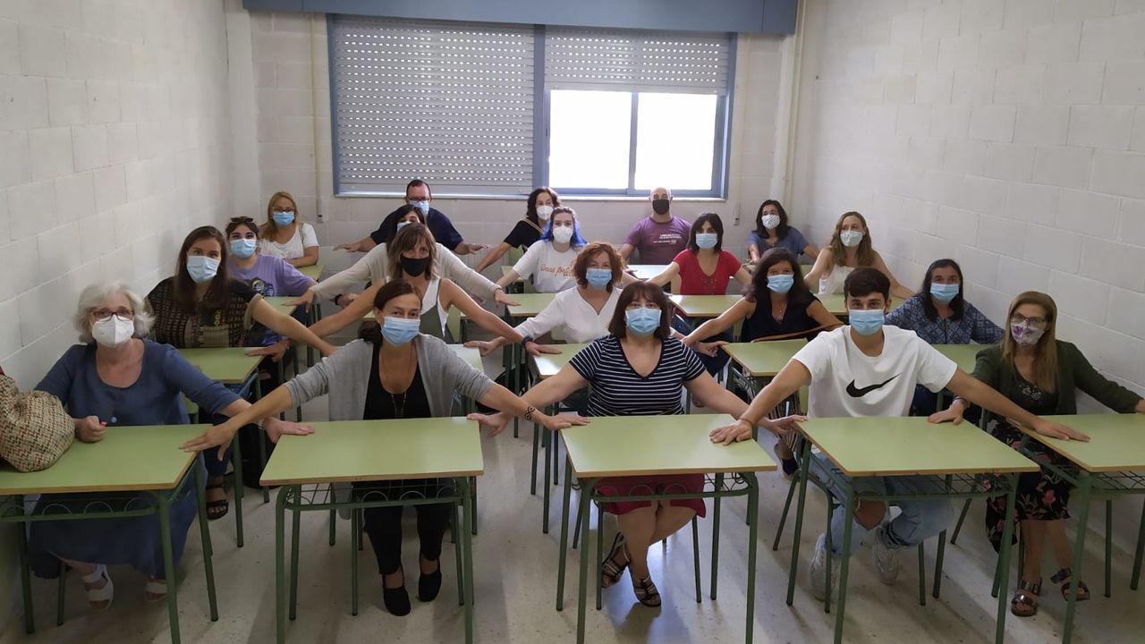 Profesorado del instituto de Adormideras, en A Coruña, sentados en los pupitres de una de las aulas