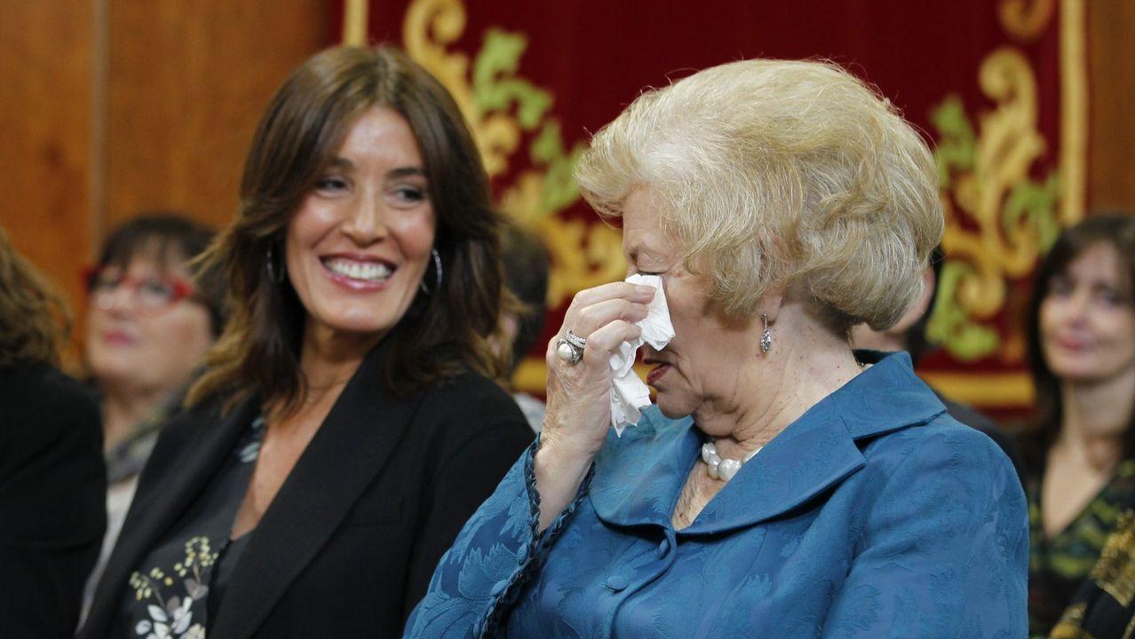 Eva Cárdenas, junto a la madre de Núñez Feijoo, durante la toma posesión del presidente de la Xunta