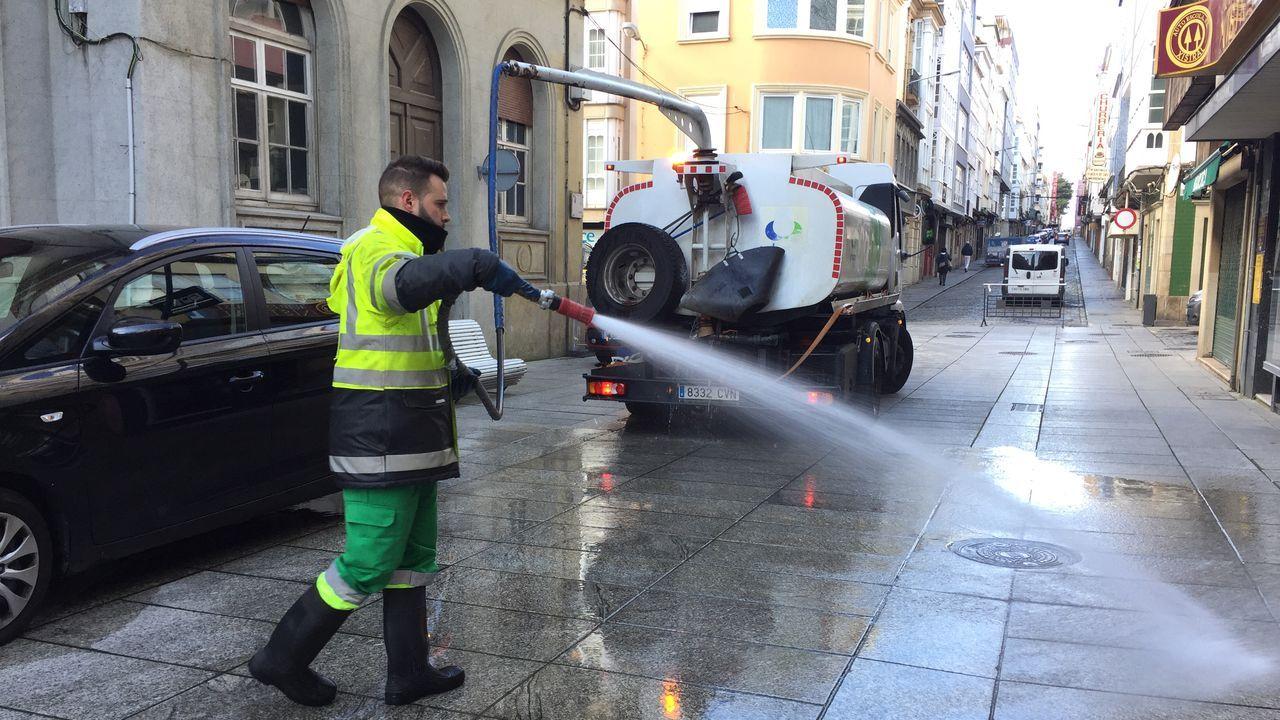 Servicio de limpieza del concello de Ferrol limipia las calles de la ciudad