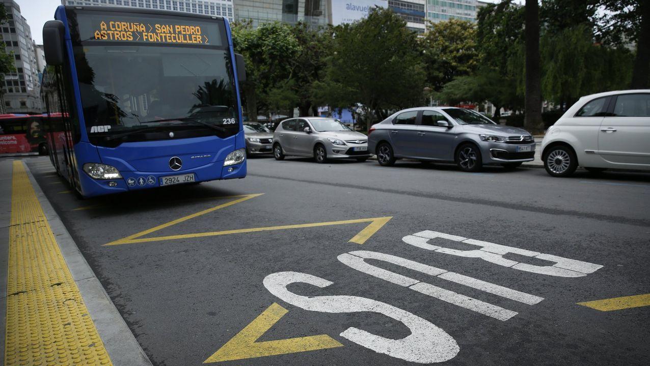 Un autobús metropolitano en la parada de Entrejardines, en la ciudad de A Coruña