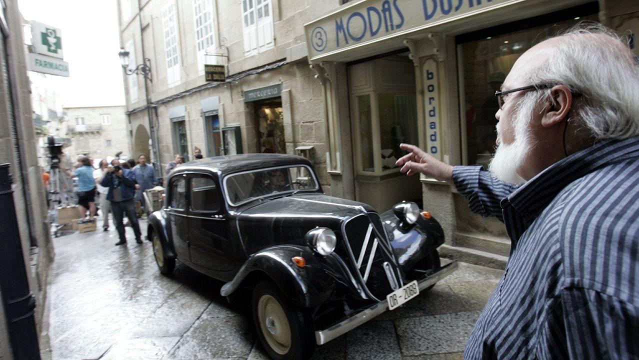 Un coche clásico entra por una de las calles de la ciudad de As Burgas.