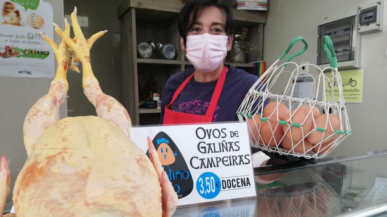 Luisa Mosqueira regenta el puesto O Poliño Tolo del mercado de San Agustín, en A Coruña