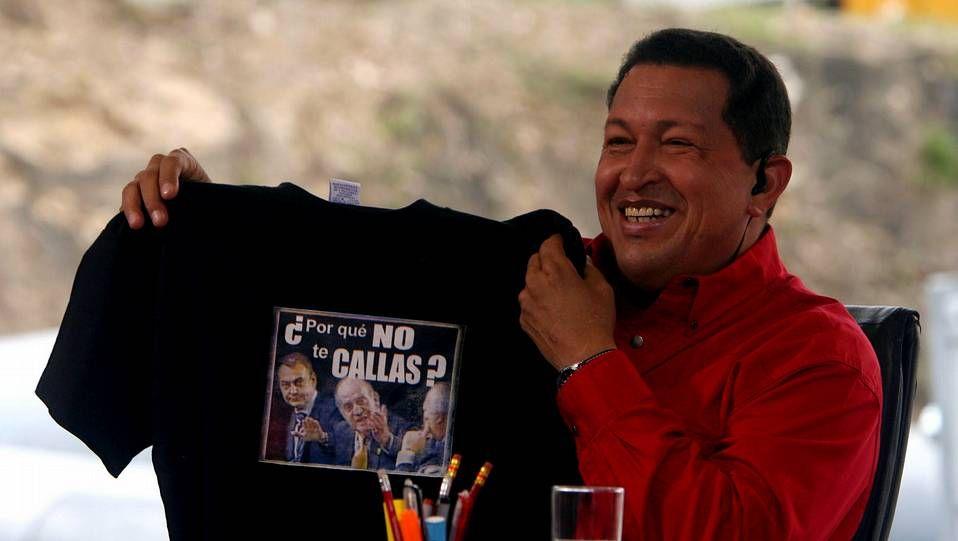 Hugo Chávez, mostrando una camiseta con la famosa frase del rey. El mandatario venezolano interrumpió en varias ocasiones a Rodríguez Zapatero, para llamar fascista a José María Aznar. El rey le dijo: ¿Por qué no te callas?. Fue en la Cumbre Iberoamericana, el 10 de noviembre.