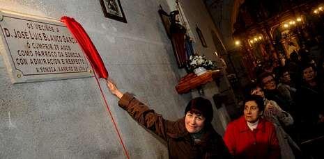 Los vecinos descubrieron ayer una placa en el interior de la iglesia como homenaje al párroco.