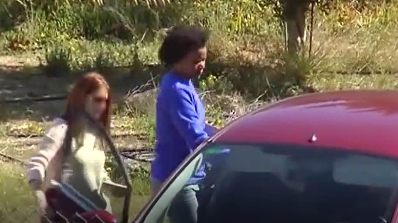 La novia del padre de Gabriel, en un coche de la Guardia Civil