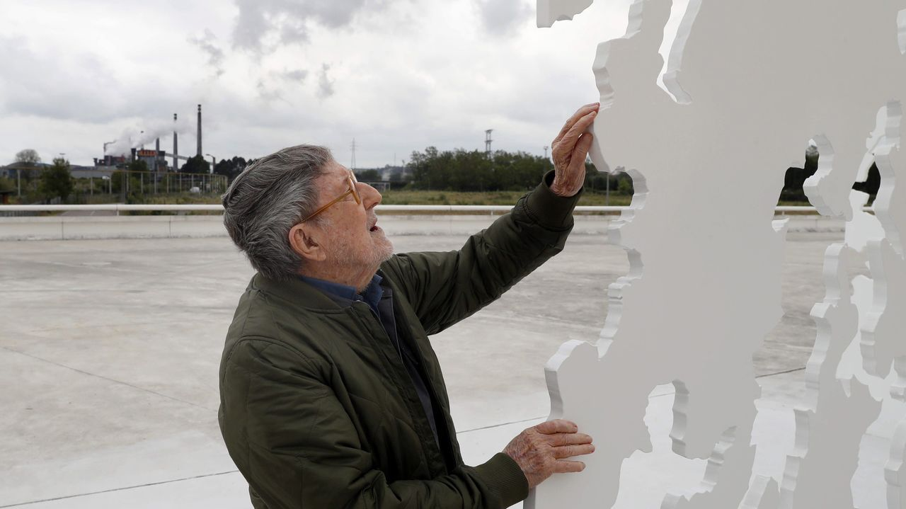 El artista valenciano Juan Genovés examina su escultura  Transbase  donada al Centro Niemeyer de Avilés, en donde esta tarde se inaugura su primera exposición colectiva con sus hijos Pablo, Silvia y Ana