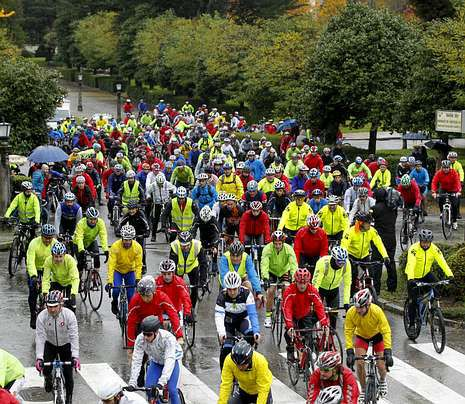 El Atlético Arteixo - Dorneda, en imágenes.Unos 200 ciclistas realizaron la marcha reivindicativa.