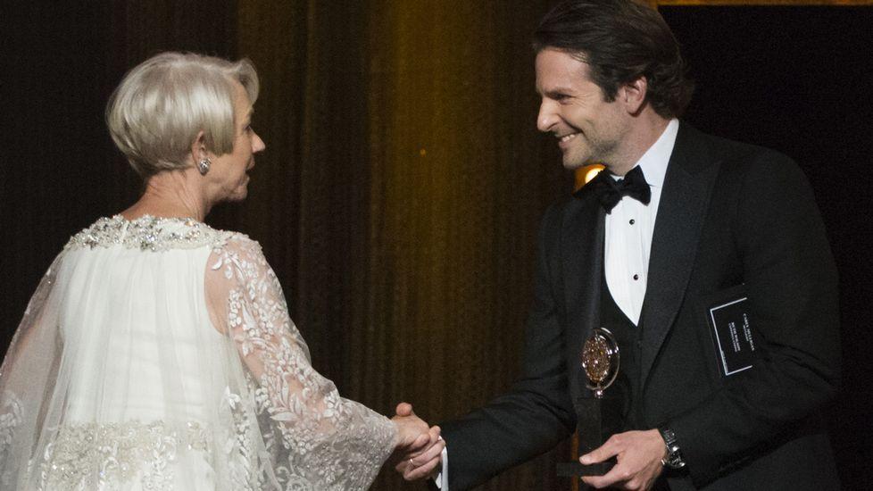 Bradley Cooper entrega a Helen Mirren el premio a mejor actriz principal.