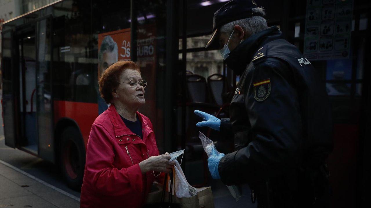 Reparto de mascarillas por las calles de A Coruña