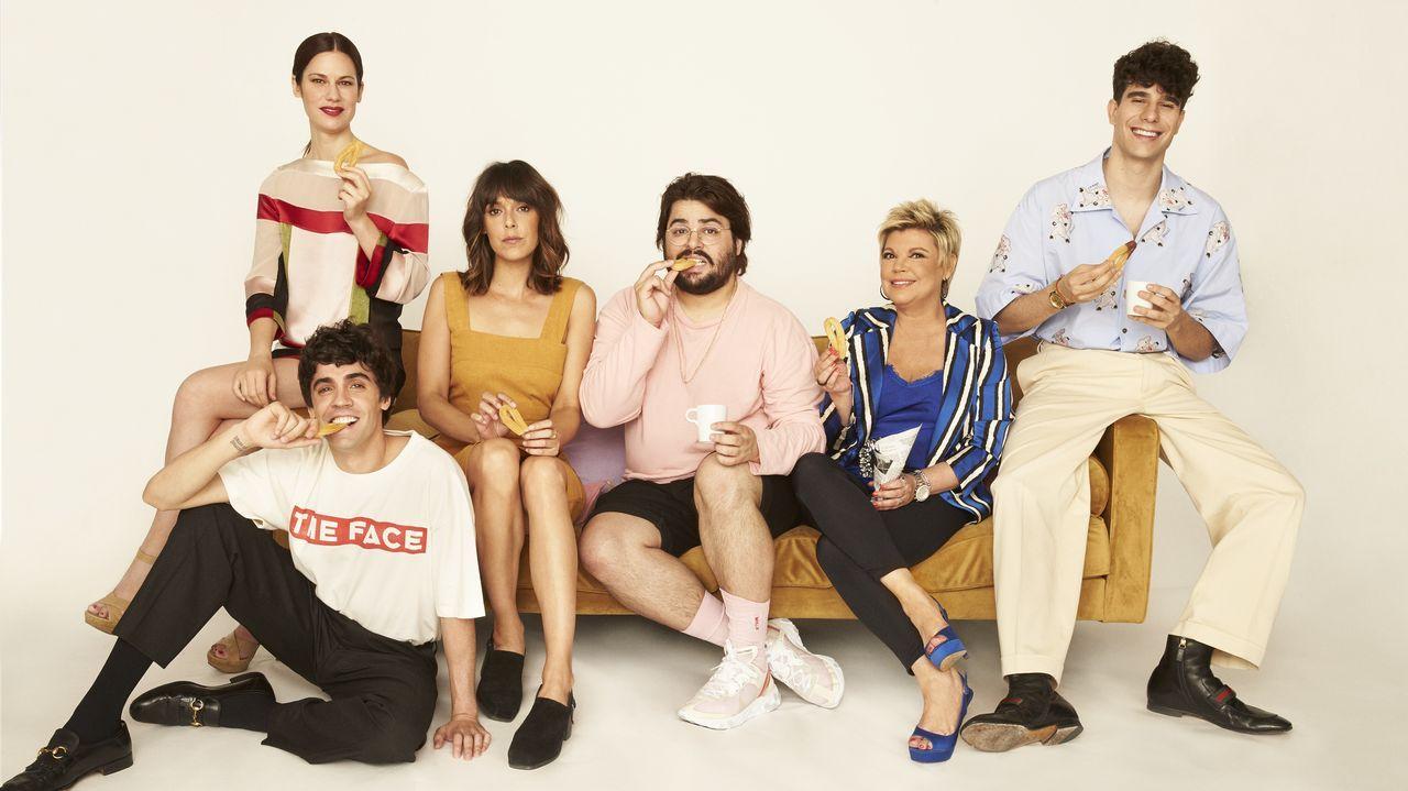 El elenco principal de la serie «Paquita Salas», que ahora incluye a Terelu Campos, retratado con Los Javis