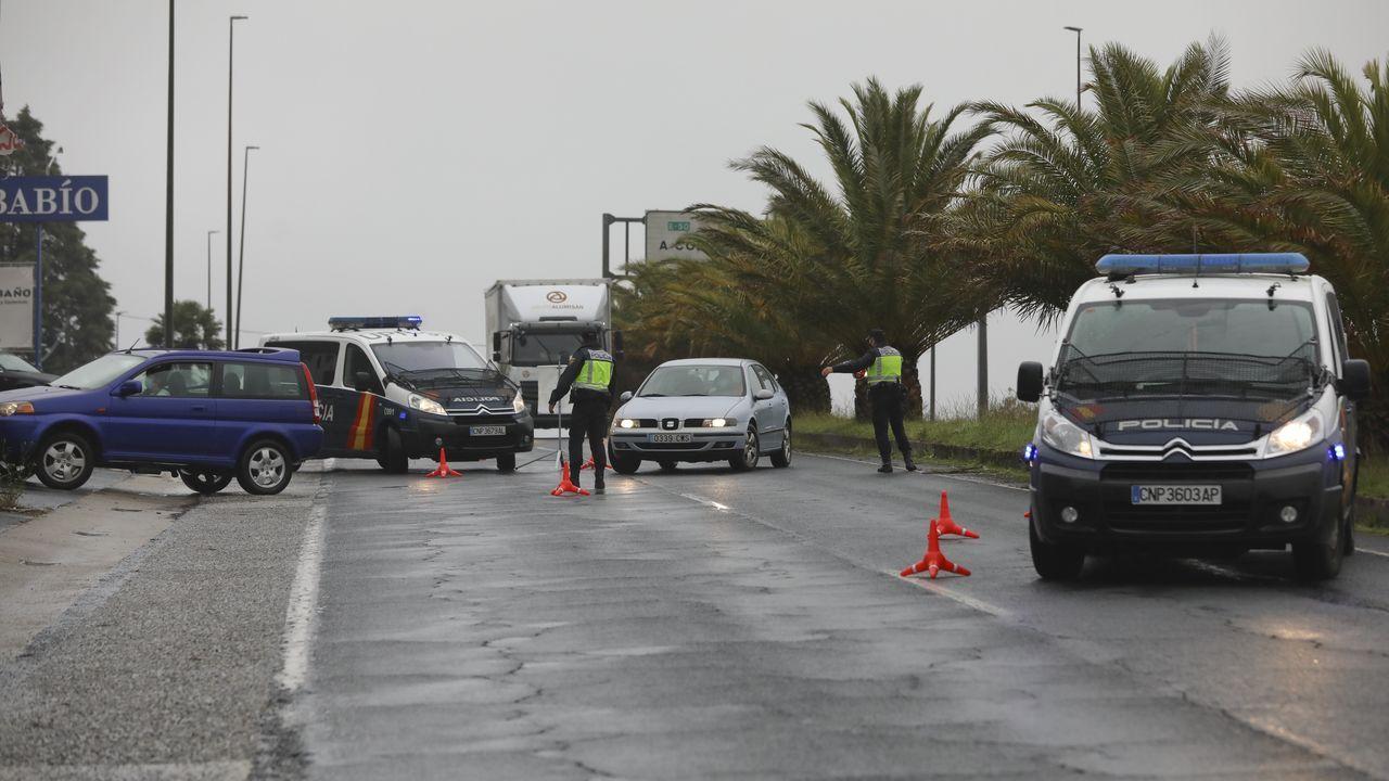 El tráfico que se movió ayer por Santiago estuvo sujeto a controles policiales aleatorios, como el que muestra la foto en el acceso por la N-550 a la altura de Boisaca