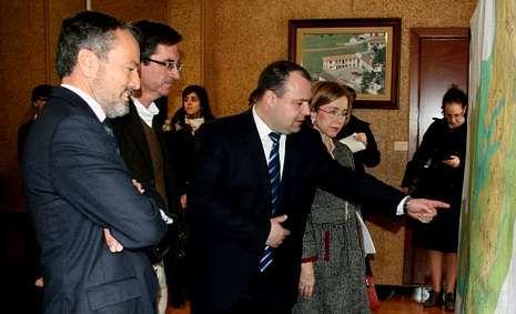 Alberto Platas explica el plan al conselleiro Hernández.