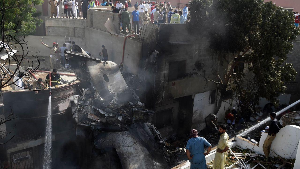 Primer día de uso obligatorio de mascarillas en Barbanza.El avión cayó sobre una zona residencial