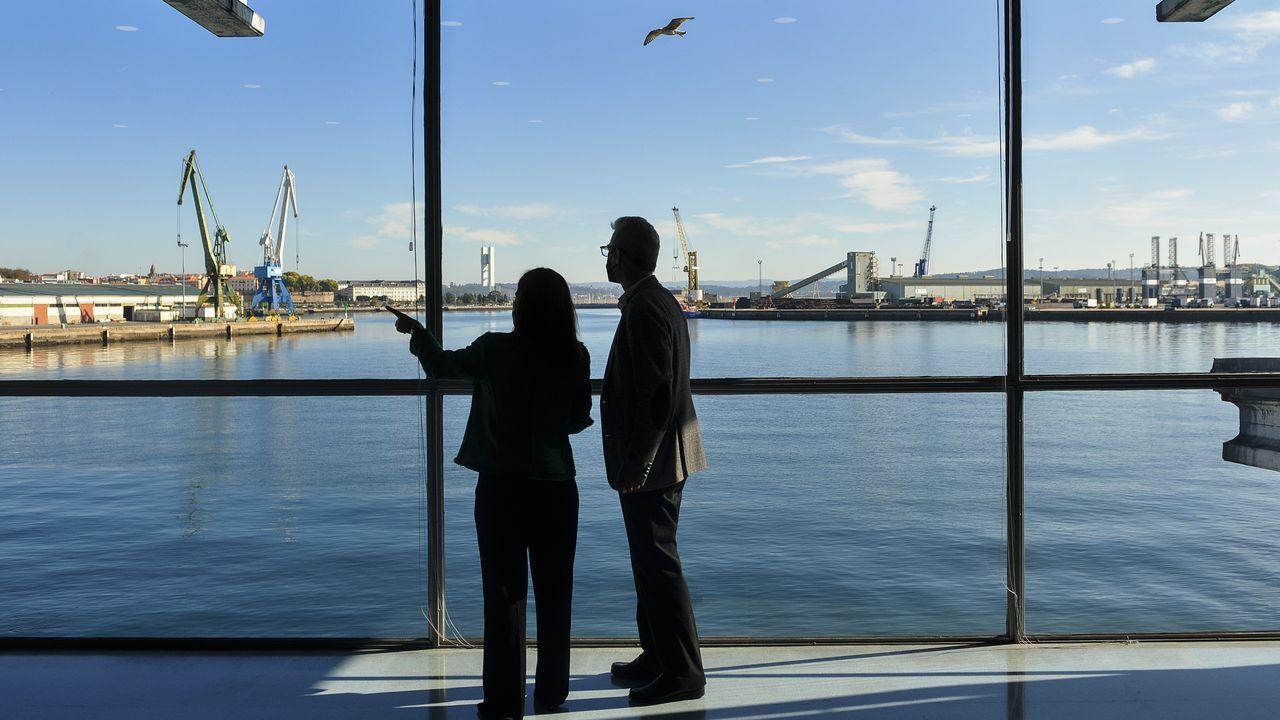 La alcaldesa, Inés Rey, y el presidente de la lonja, Juan Carlos Corrás, en el edificio del Muro donde ayer firmaron un convenio para crear un sello distintivo del pescado y el marisco descargados en A Coruña