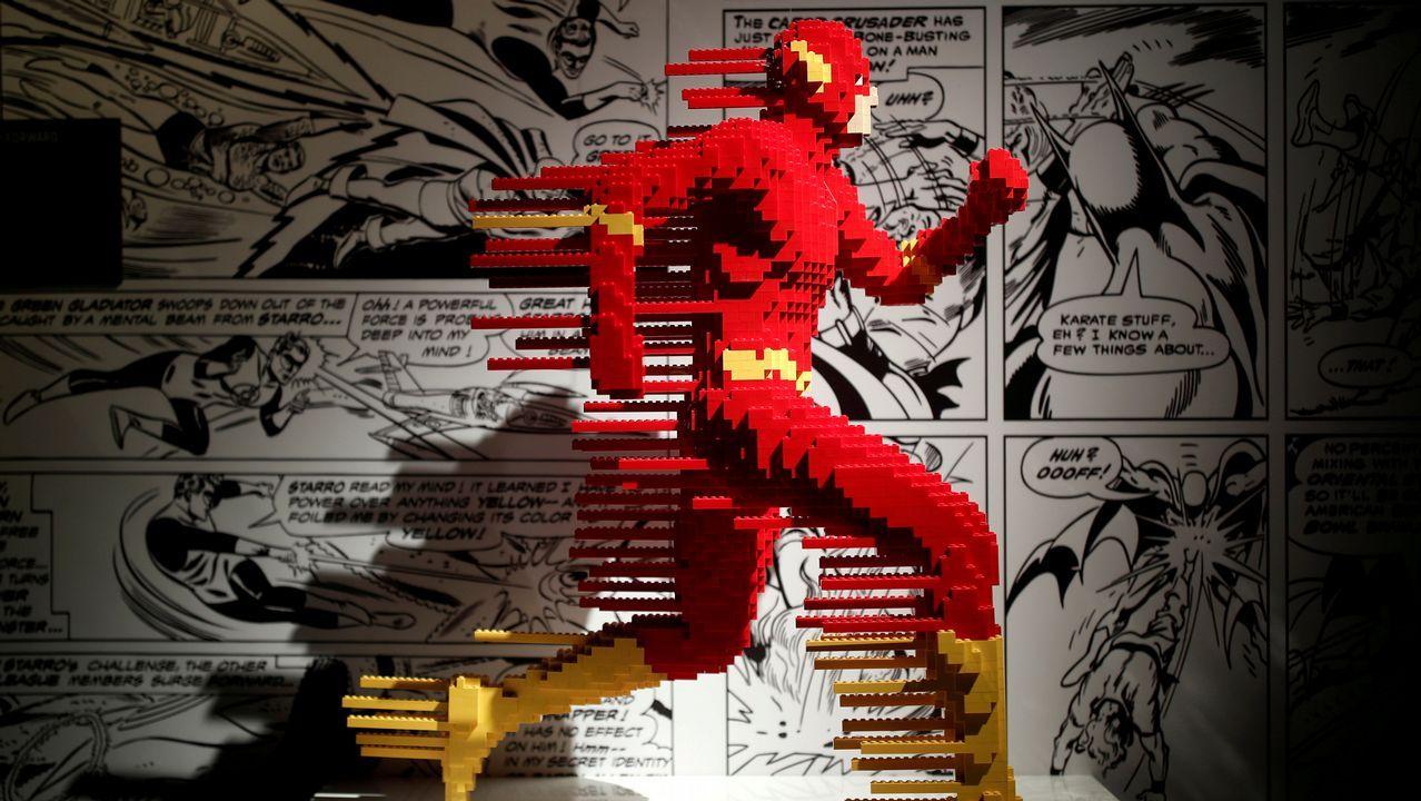 Escultura de Flash hecha con piezas de Lego en París