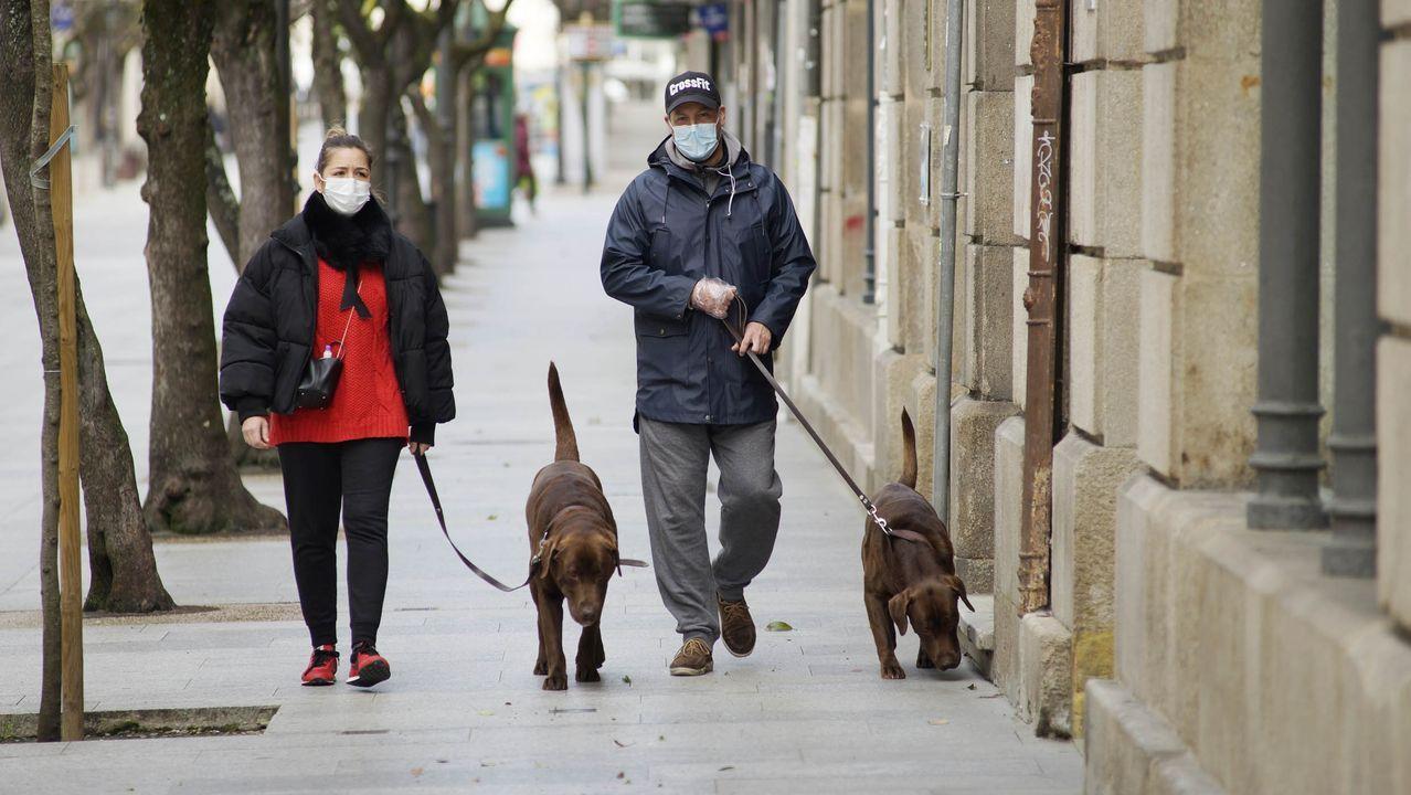 Así está Ourense en el primer día laborable tras decretarse el estado de alarma.La Policía Local de O Barco trató de concienciar a los conductores en el primer dia laboral en estado de alarma.