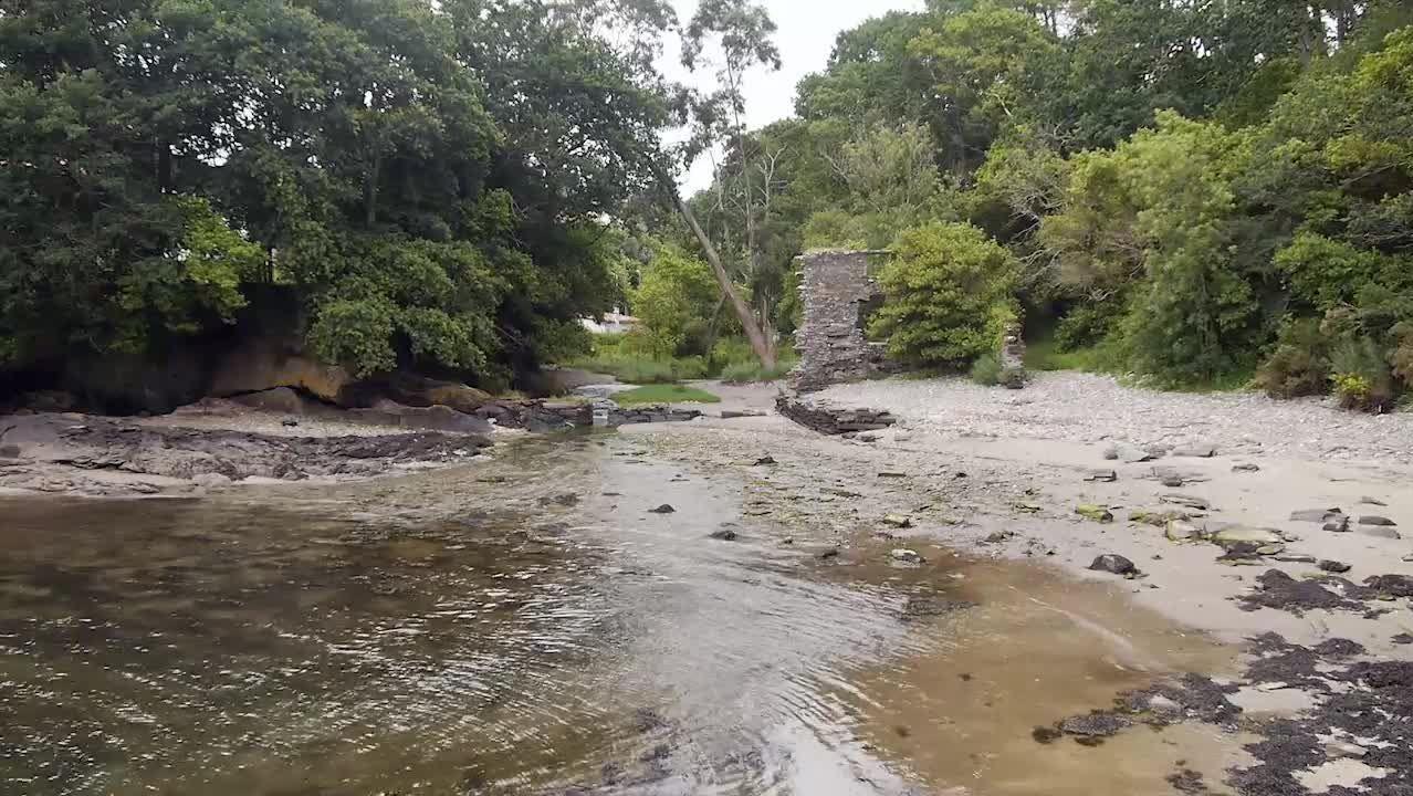 El resto de un molino de mareas hace especial la cala de Río Castro
